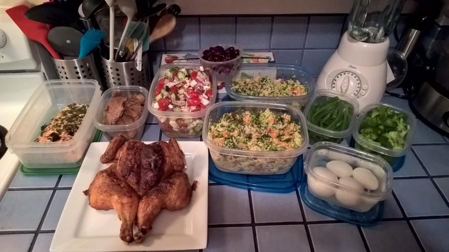 Gauche à droite : Saumon, filet mignon, Poulet, salade grecque, salade de couscous, oeufs cuits dur, fève vertes et broccoli blanchis.